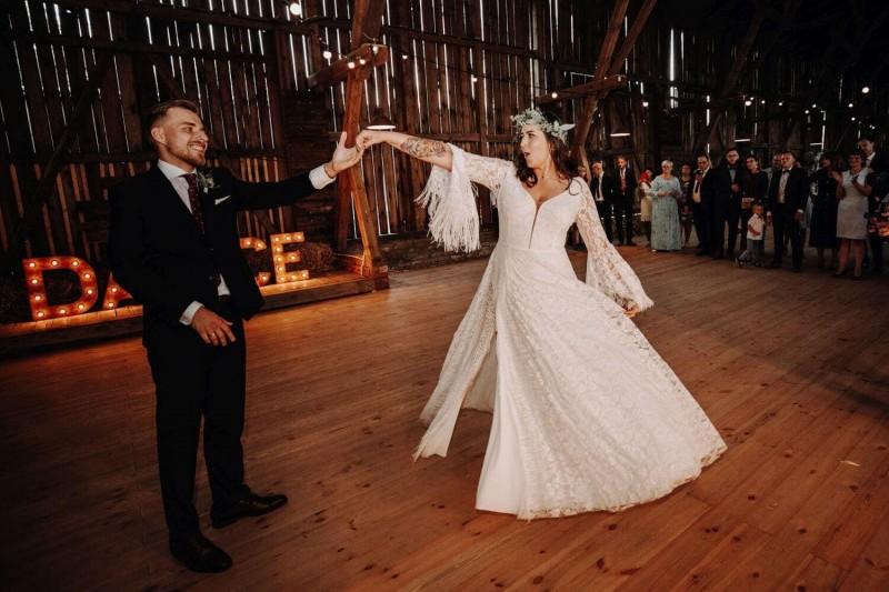 Suknia ślubna w stylu boho Porto 51, ale z dekoltem Porto 48.