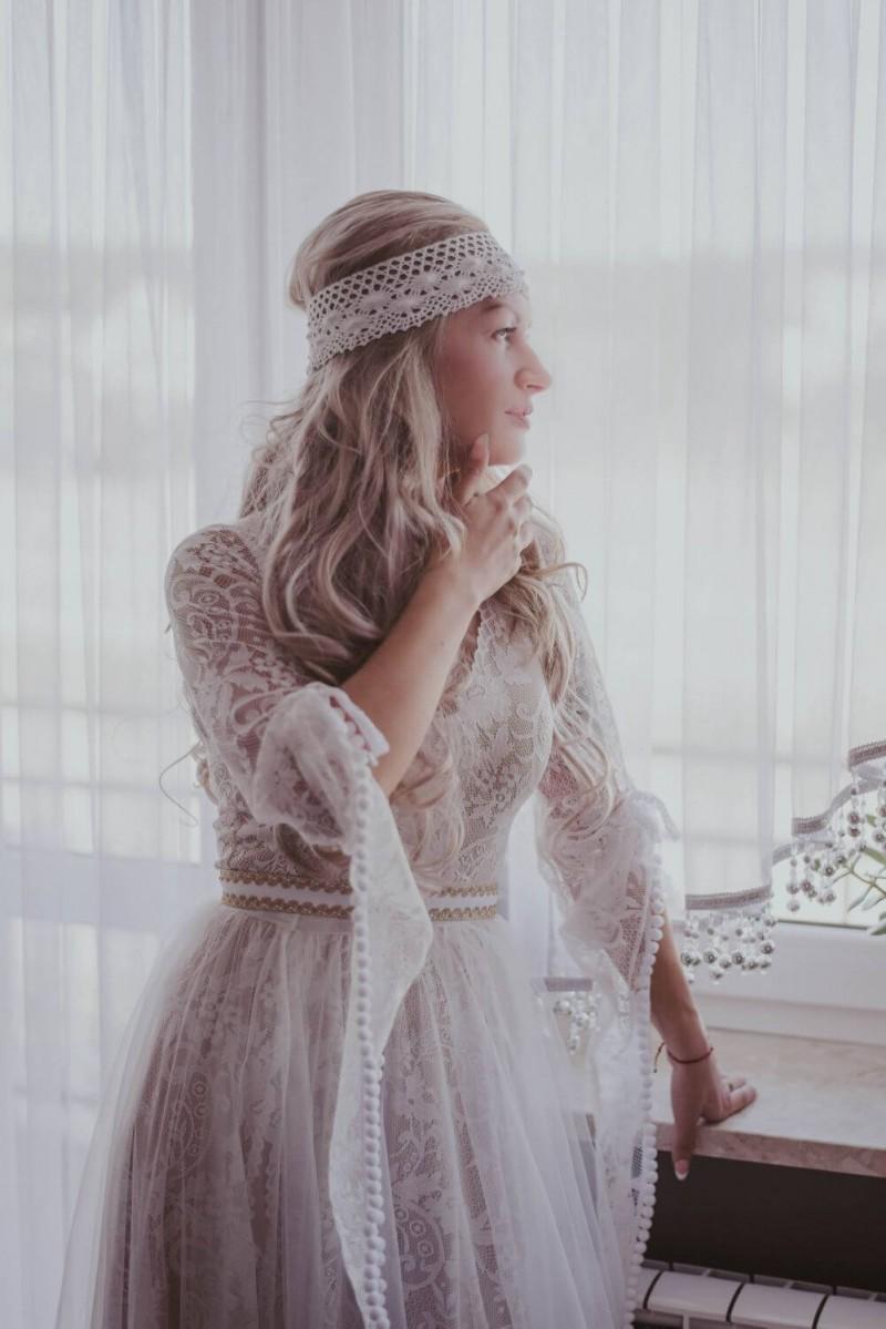 Suknia ślubna w stylu boho Porto 17, w której dół sukni zamiast z prostego kawałka koronki z marszczeniem został uszyty z półkoła z rozporkiem na nogę.