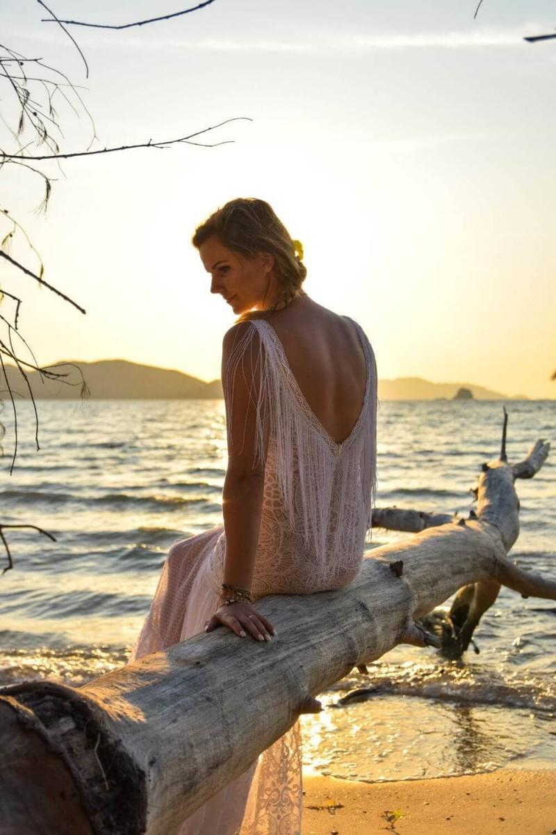 Suknia ślubna w stylu boho Santorini 5, ale góra sukni została nieco zwężona, by podkreślić biodra, za to dół został wzbogacony o tren.