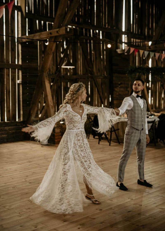 Suknia ślubna w stylu boho z dekoltem sukni Porto 48 z dodatkowymi frędzlami na plecach.