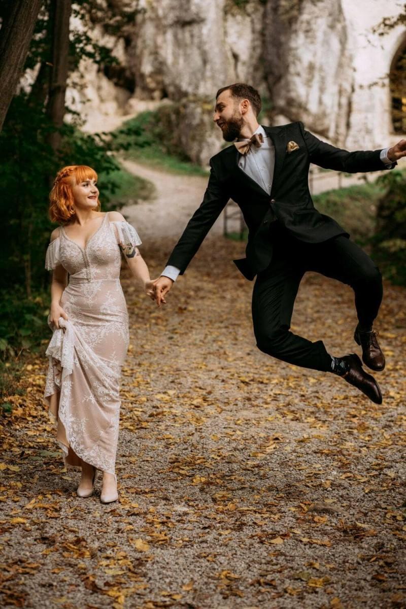 Suknia ślubna w stylu boho Porto 42 z dodatkowo wiszącym rękawkiem i perełkami przy dekolcie zamiast bawełnianych tasiemek.