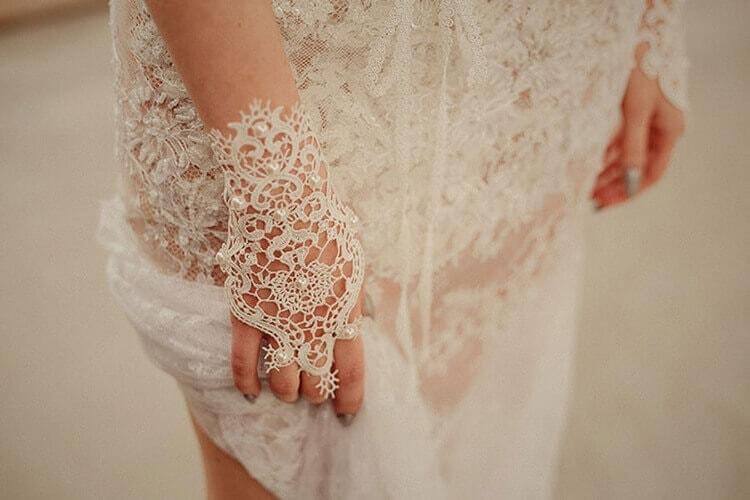 suknia ślubna z koronki z rękawiczkami
