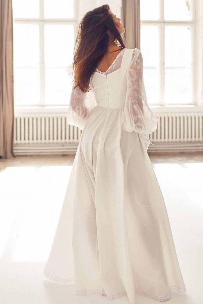 Gładka suknia ślubna z koronkowymi, bufiastymi rękawami