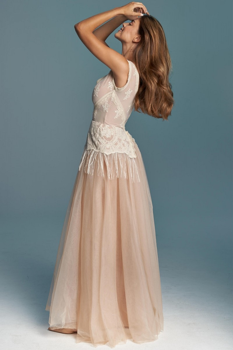 Suknia ślubna z beżowych bawełnianych koronek