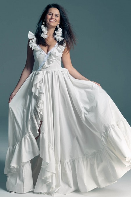 Suknia ślubna z falbanami w stylu hiszpańskim