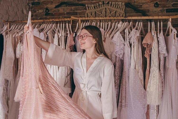 mierzenie różowej sukni śłubnej w salonie sukien ślubnych