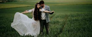 para młoda na polu suknia ślubna boho