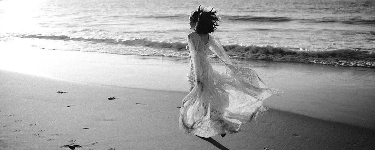 biegnie w sukni ślubnej