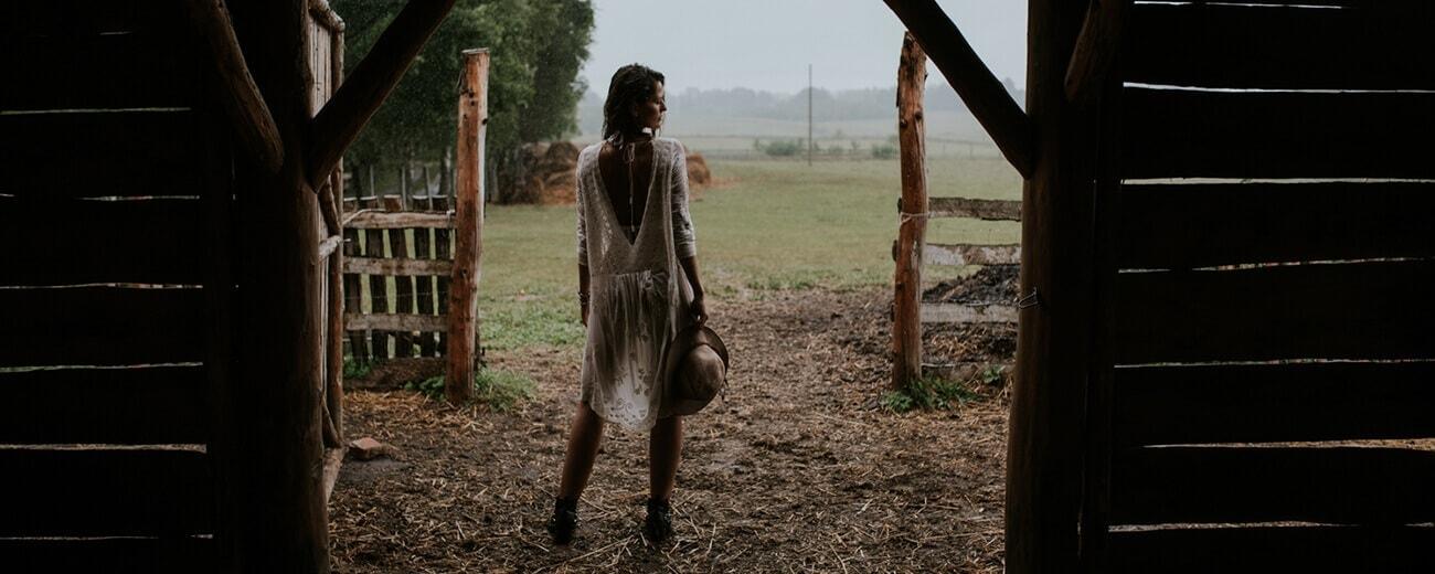krótka suknia ślubna w deszczu