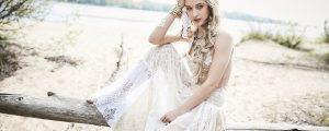panna młoda siedzi w sukni śłubnej