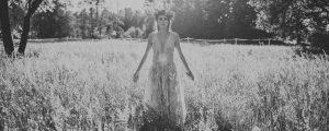 panna młoda na polu z wiankiem w sukni śłubnej