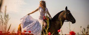 suknia ślubna boho na koniu