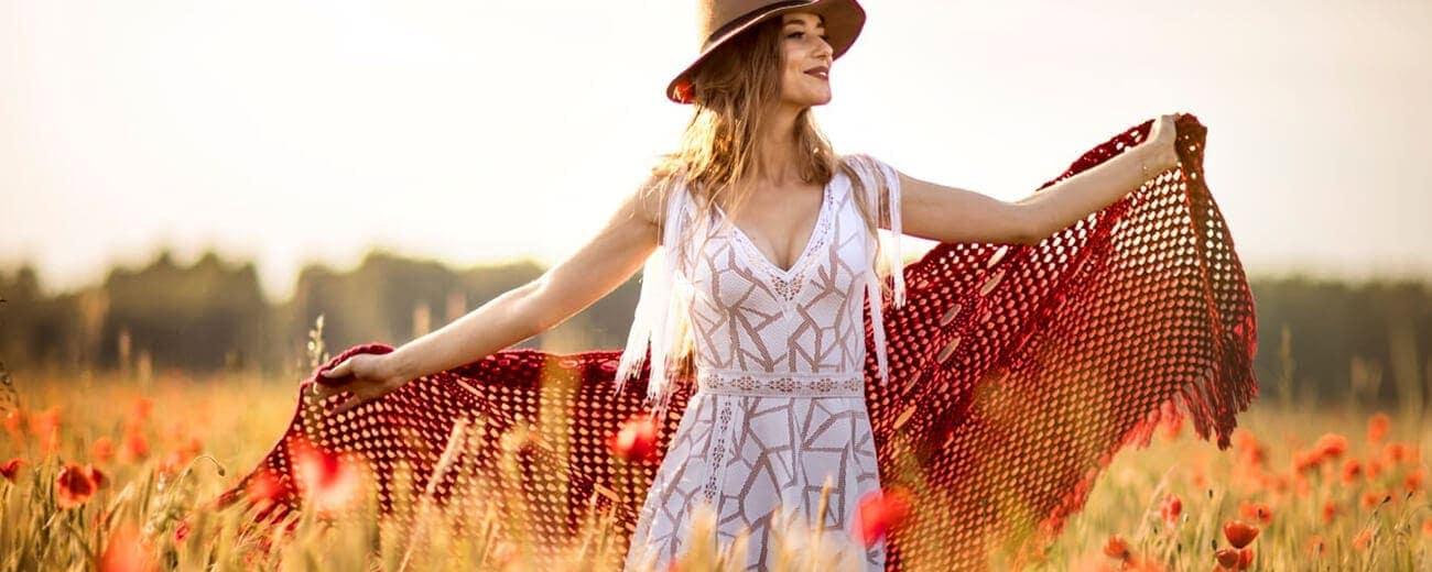 suknia ślubna boho w kapeluszu