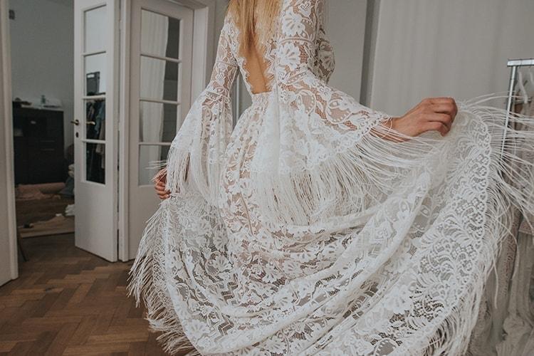 mierzenie sukni śłubnej w salonie sukien ślubnych