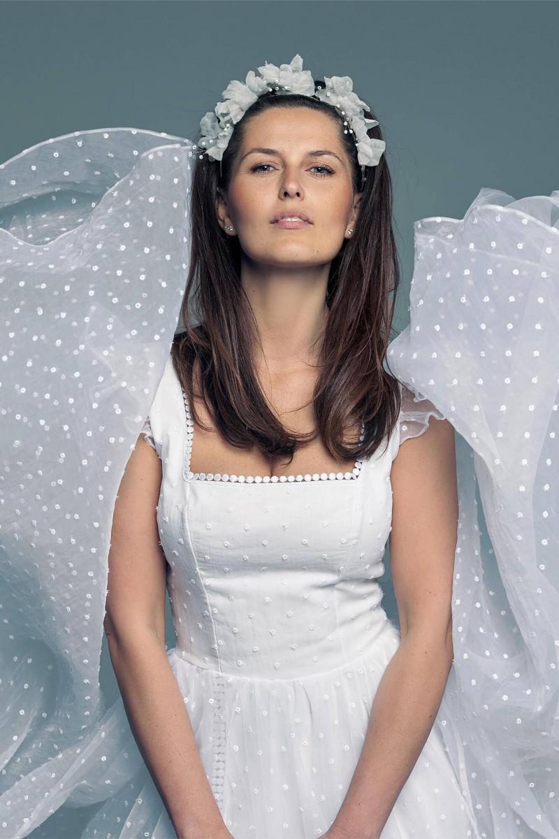 Suknia ślubna z dekoltem karo dla zachowawczej panny młodej