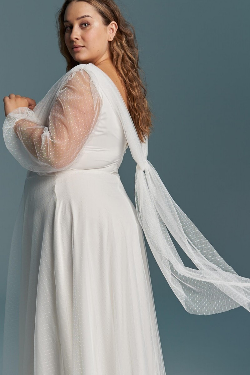 Kobieca suknia ślubna z lejącego szyfonu i tiulu w kropeczki