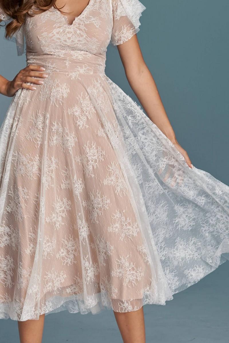 Długa suknia ślubna ze zwiewnej, delikatnej koronki