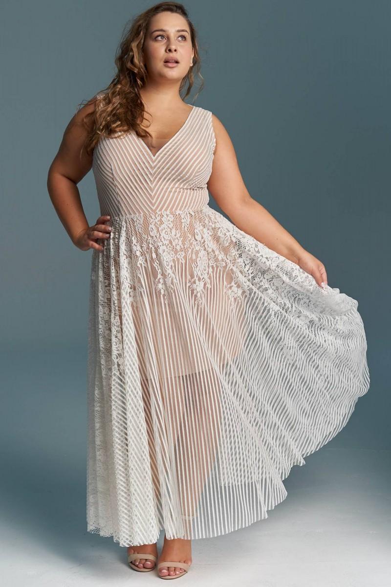 Koronkowa suknia ślubna plus size o długości 3/4