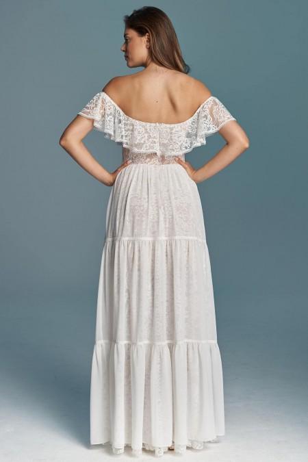 Suknia ślubna z falbaną odkrywająca ramiona