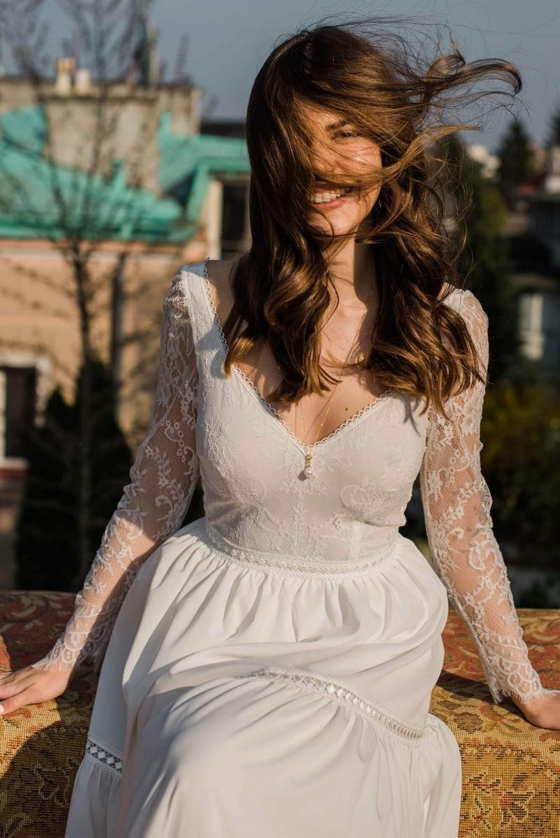 Suknia ślubna z gładką spódnicą i odkrytymi plecami
