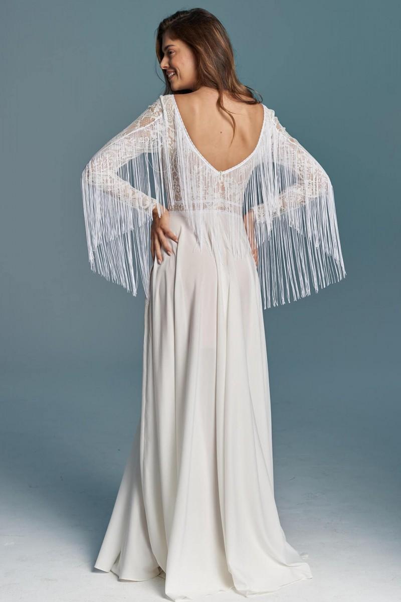 Suknia ślubna z gładkim dołem i frędzlami na rękawach