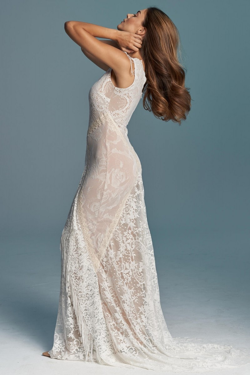 Zdobiona koronkowa suknia ślubna