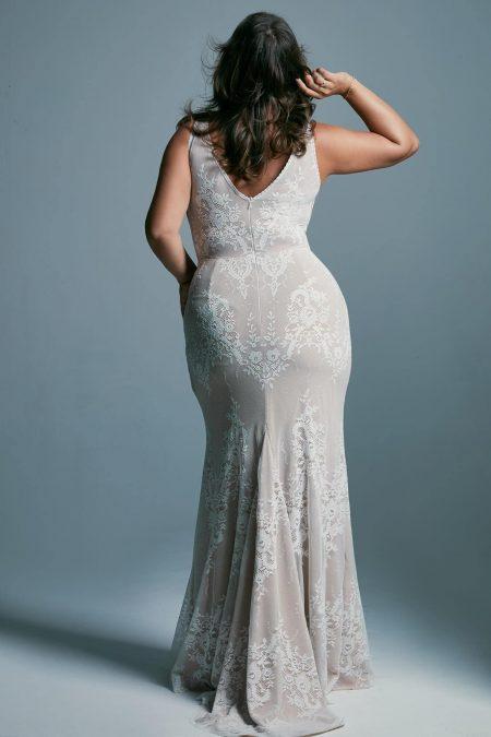 Suknia ślubna plus size podkreślająca kształty
