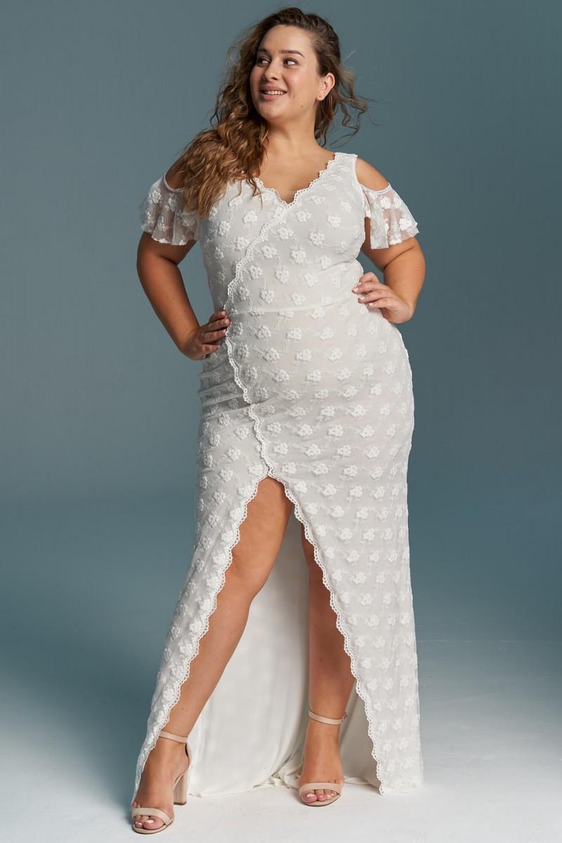 Obcisła suknia śłubna plus sizze podkreślająca kształty