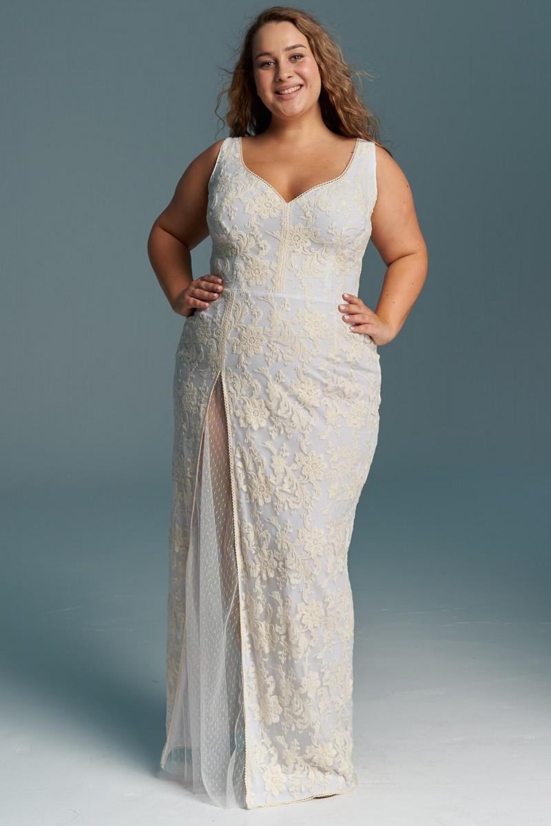 Dopasowana suknia ślubna plus size z rozcięciem